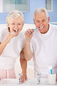 senior-couple-brushing-teeth-23958994